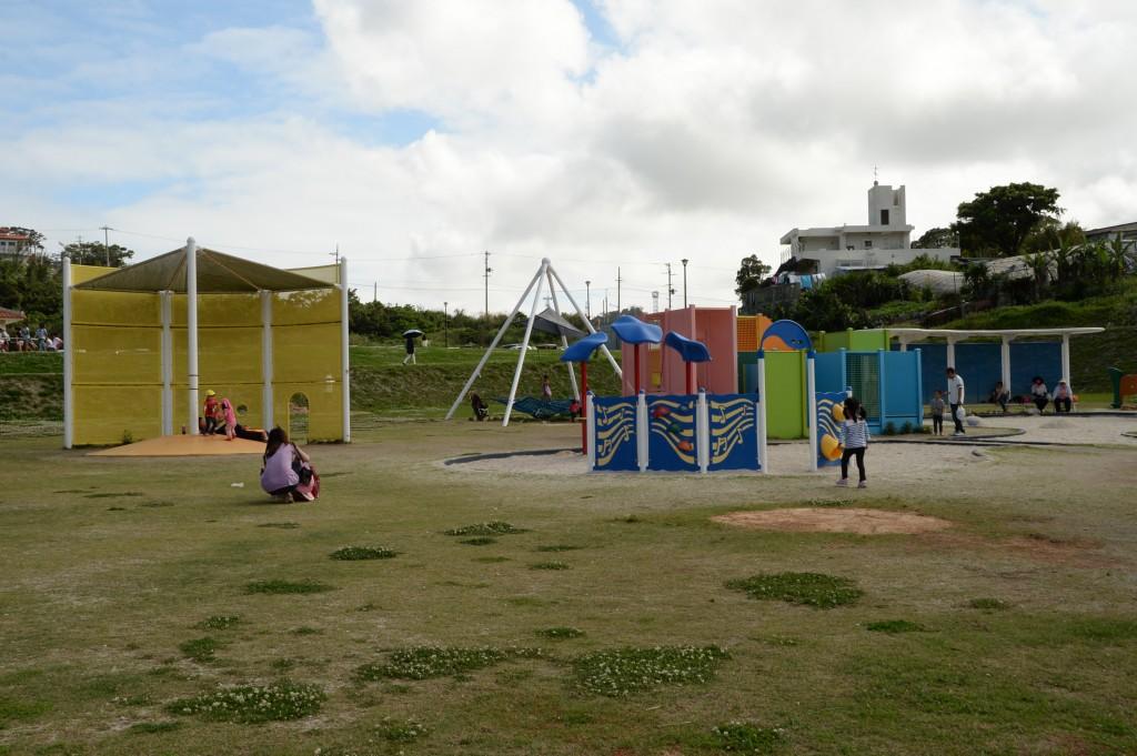 砂浜や小さなお子様も遊べる遊具も充実