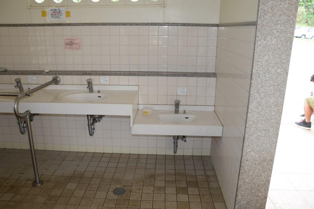 トイレ内には大人用と子供用の手洗い場があります。