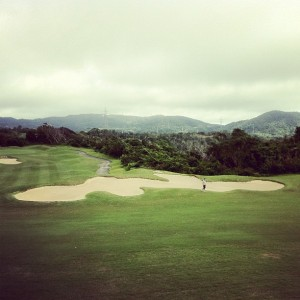 沖縄の形をかたどったバンカー(オリオン嵐山ゴルフコース)