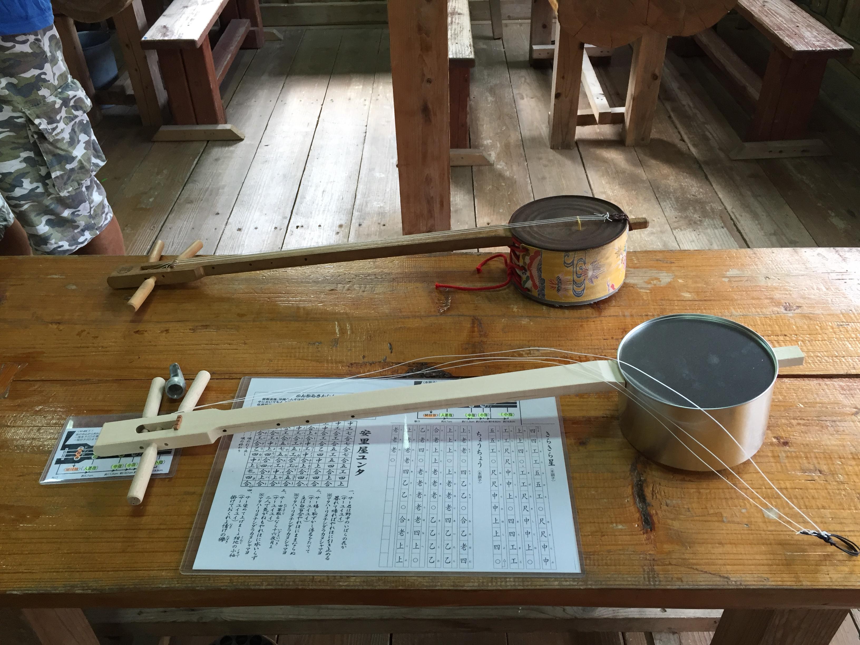 簡単に作れるように、缶で出来た胴と木製の棹が既に組み合わされていました。